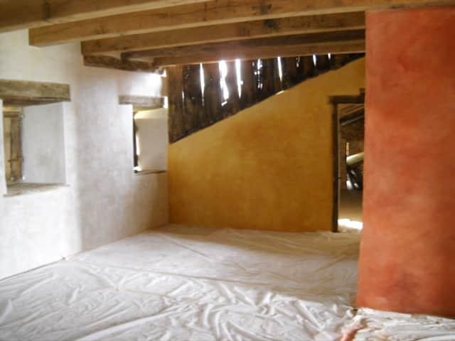 Chantier fini-Mur rouge coloré à fresque, le mur jaune est un marmorino et le blanc un stuc de Mantoue