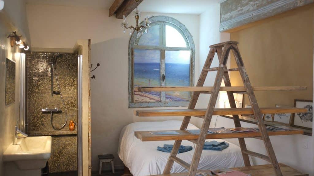 Vue de la chambre et sur la salle de bain en tadelakt