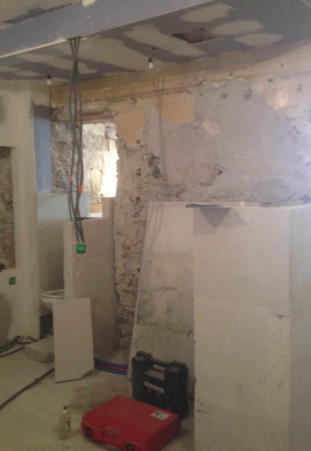 Montage d'un mur en béton cellulaire pour création d'une salle de bain