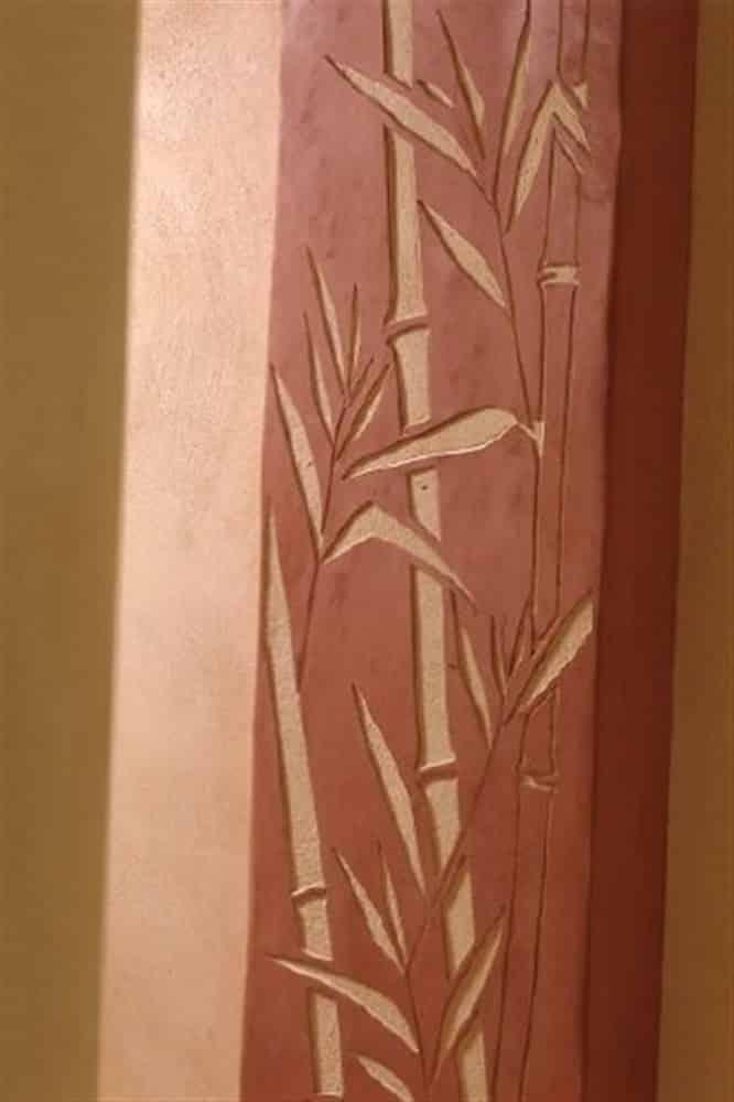 Sgraffito de feuillages de bambou sur un tadelakt